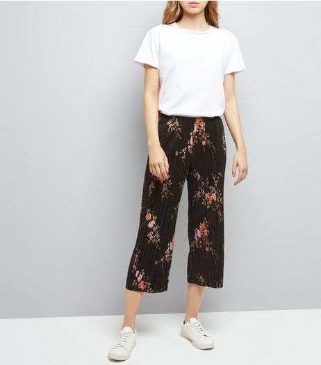 Black Floral Print Pleated Cropped Trousers  | New Look